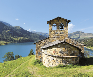 chapelle surplombant lac